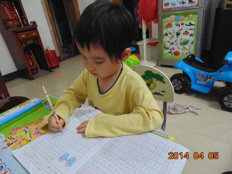 大宝上幼儿园中班了,每个星期都有两晚要带作业回来做了。一天是写数字的,另一天是写汉字的。刚刚学写字的宝宝,握笔姿势,坐的姿势,都是需要我们在一旁稍加指导的。还有就是,一些字的笔划顺序,也是要提醒宝宝正确来起笔的。要不,如果从一开始就错了,当习惯成自然时,就很难去转变了。到了以后要数正确笔划顺序时就容易出错了。