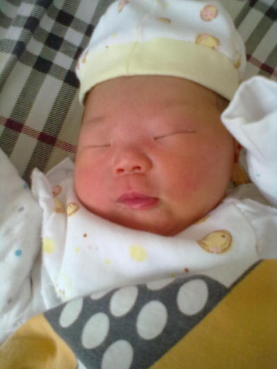 宝宝刚出生那段时间老是双手投降式睡觉